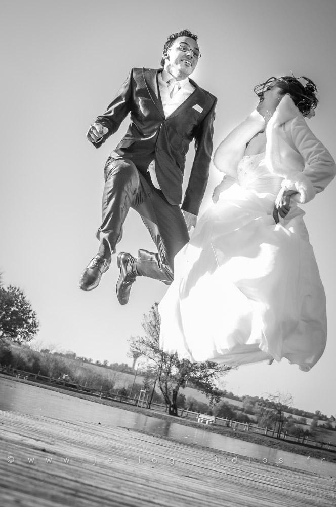 mariage-couple-sautent-originales-drole